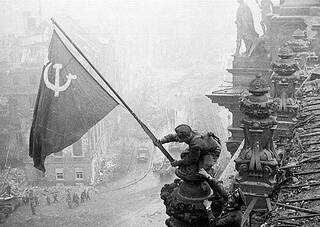 Raising_a_flag_over_the_Reichstag_2.jpg